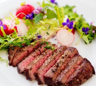 Filovany steak s jarnim salatkem v bistru